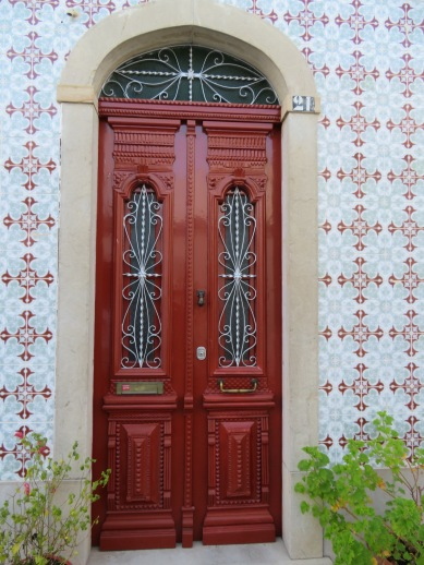 I love the combination of door and tiles. Very inviting.