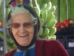 La vendeuse du marché Elle était belle à voir, à servir les clients avec cet immense sourire.