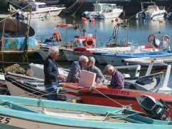 Fuzeta harbour was a very lively place with many fishermen working in small groups on boat repairs, net repairs, cleaning etc. It felt festive.