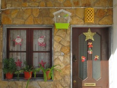 This tiny little patio had it all, including a happy canary!