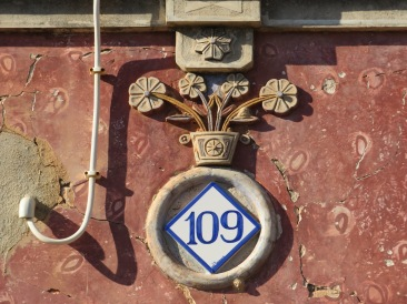 The detail over the front door. I loved the 109......there were probably three houses in the vicinity. You had to wonder how they gave it that high a number!