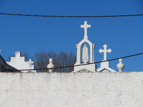 I saw this lovely shot of the cemetery as we walked from the market ground to the car. Too bad the wires are evident but hey, look at that endless blue Portugal sky. That's what we wake up to almost every day here.