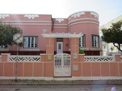 I love this house.......when I first saw it many years ago it was in quite a state of disrepair. Much TLC has gone into over the years and happily they've kept the original colour.